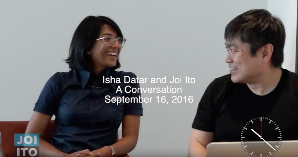 非営利組織NEW HARVEST代表のIsha Datar氏(左)と対談するJoi