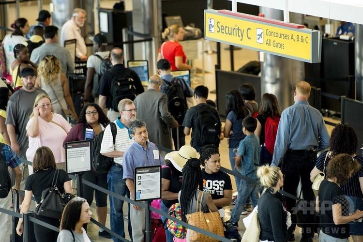 空港の手荷物検査の長蛇の列(2017年6月29日撮影、資料写真)。(c)AFP/JIM WATSON