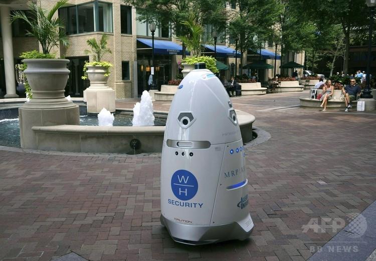 米首都ワシントン・ジョージタウン地区にある商業施設をパトロール中の防犯ロボット。(c)AFP/Rob Lever