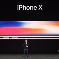 米カリフォルニア州クパチーノで行われたアップルの発表会で、「iPhone X」を紹介するティム・クックCEO(2017年9月12日撮影)。(c)AFP/Josh Edelson