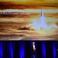 オーストラリアのアデレードで開催された国際会議で、新型ロケットについて説明する、スペースXのイーロン・マスクCEO(2017年9月29日撮影)。(c)AFP/PETER PARKS