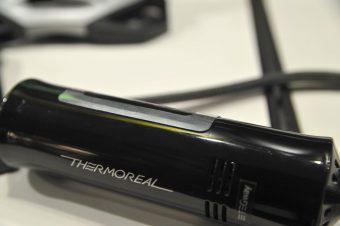 横から見た「ThermoReal」。薄いシートの部分だけで温度の表現ができる