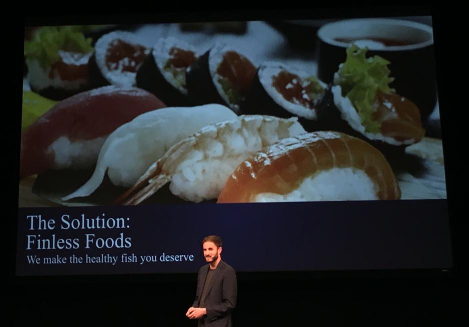 刺身を作ることが最終目標とプレゼンするFINLESS FOODS のMIKE SELDEN氏 同社はNYで2017年に創業された。創業者はNew Harvest出身。