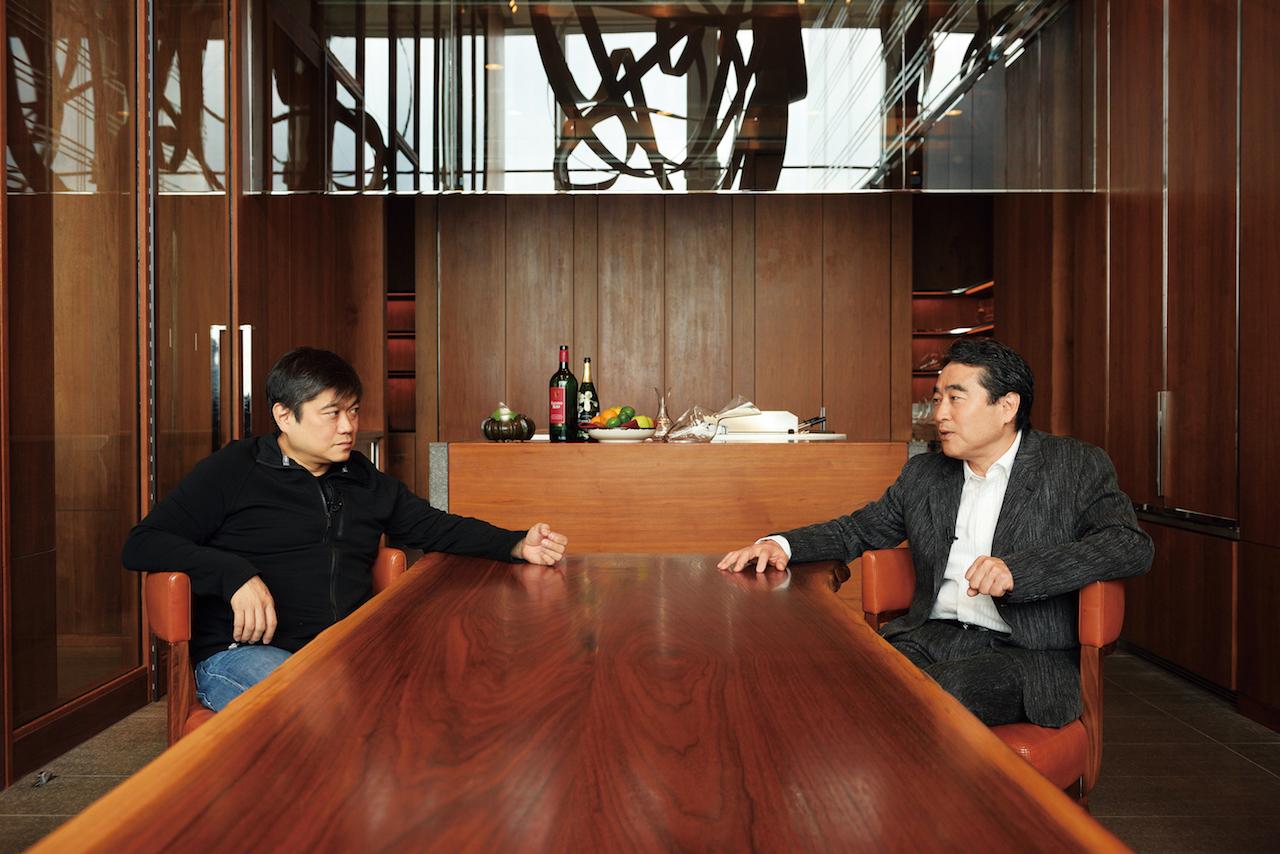 対談を行う林郁(右)と伊藤穰一(左)