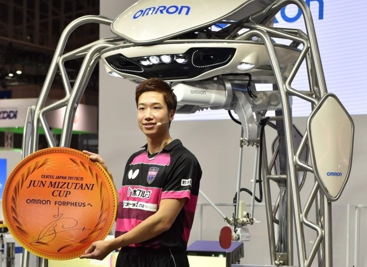 千葉・幕張メッセで開催のアジア最大のIT見本市「CEATEC JAPAN(シーテックジャパン)2017」の内覧会に登場した、五輪メダリストの水谷隼選手とオムロン開発の卓球ロボット「フォルフェウス」(2017年10月2日撮影)。(c)AFP/Kazuhiro NOGI