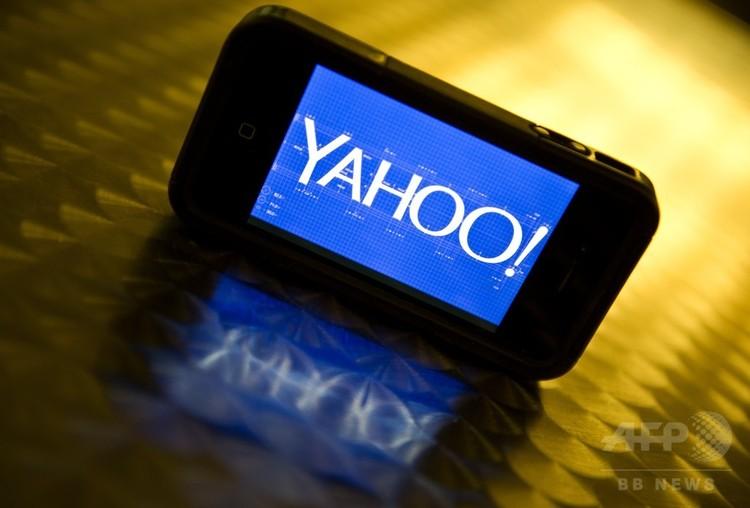 スマートフォンの画面に表示されたヤフーのロゴ(2013年9月12日撮影、資料写真)。(c)AFP/KAREN BLEIER