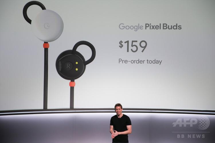 米カリフォルニア州サンフランシスコで行われたグーグルの新製品発表会で紹介されたワイヤレスイヤホン「ピクセル・バッズ」(2017年10月4日撮影)。(c)AFP/Elijah Nouvelag