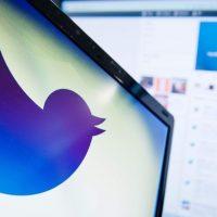 ソーシャルメディア大手ツイッターのロゴ(2013年9月11日撮影、資料写真)。(c)AFP/Leon NEAL