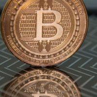 仮想通貨ビットコインのメダル(2014年6月17日撮影)。(c)AFP/KAREN BLEIER