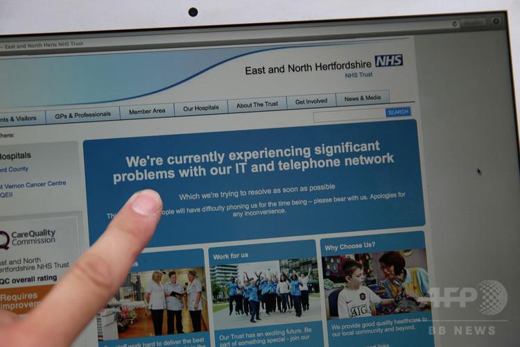 コンピューターネットワークに問題が生じていることを知らせる英国民保健サービス(NHS)のウェブサイトのページ(2017年5月12日撮影)。(c)AFP/Daniel LEAL-OLIVAS