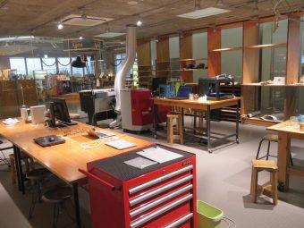 3Dプリンターやレーザーカッターなどのデジタルファブリケーション機器が置かれたKOILファクトリー