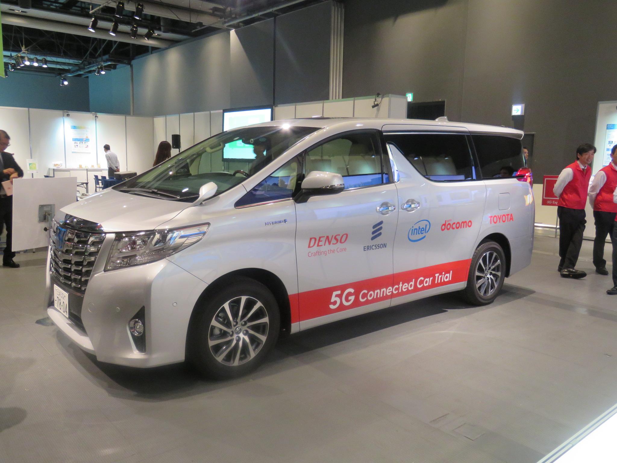 展示されていたコネクティッドカーはトヨタのアルファード