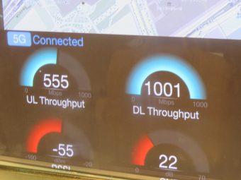 5Gの接続状況を示すディスプレイ。1Gbpsでの超高速通信が可能になった