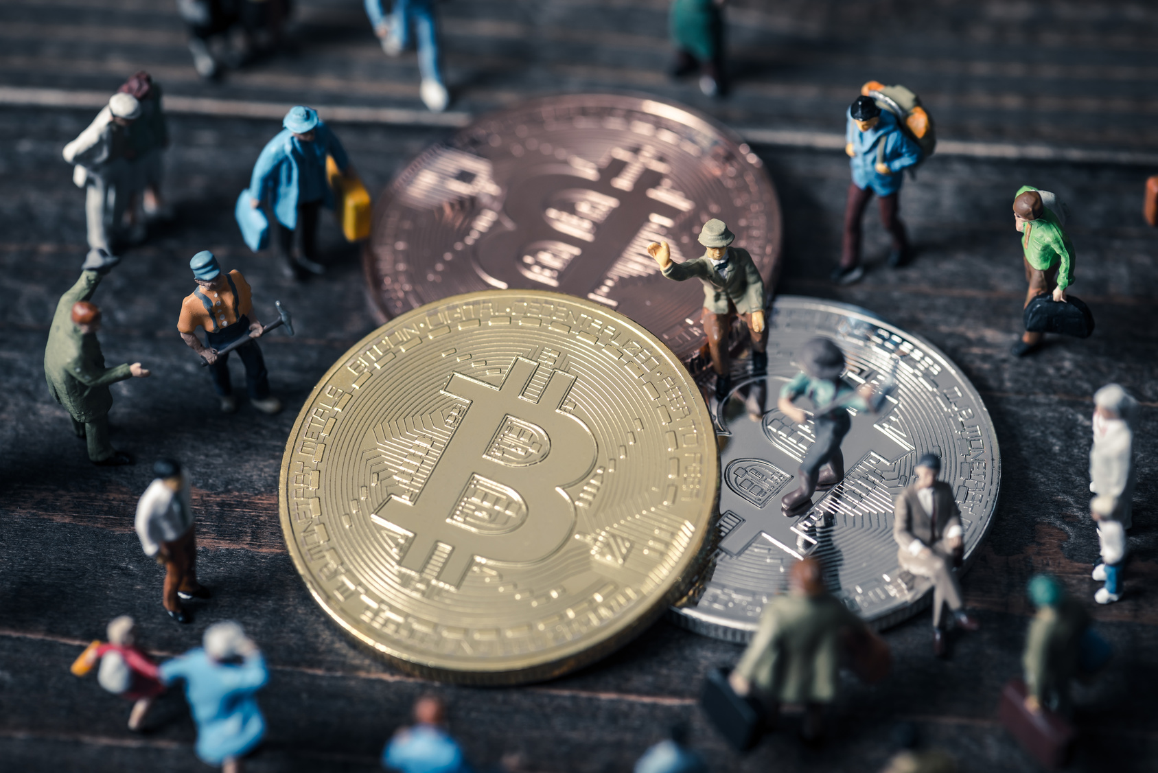 ビットコインに集まる人々,ミニチュア(c)beebright- Fotolia.com