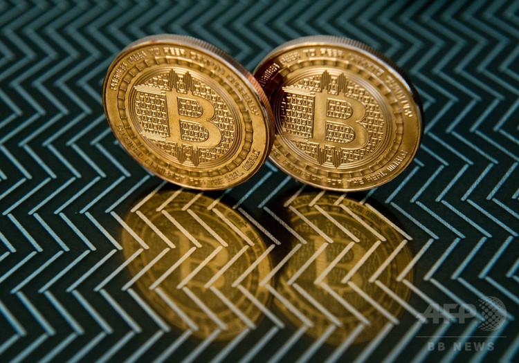 仮想通貨ビットコインのメダル(2014年6月17日撮影)(c)AFP/KAREN BLEIER