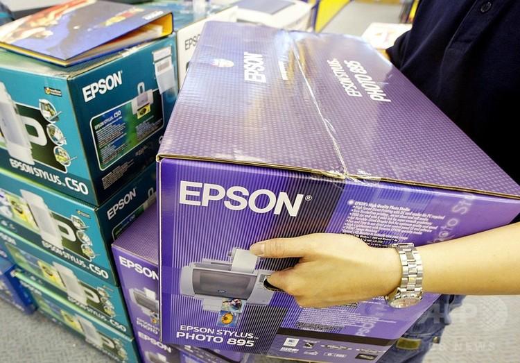 家電販売店に並べられたエプソンのプリンター(2002年4月16日撮影、資料写真)。(c)AFP PHOTO / Roslan RAHMAN