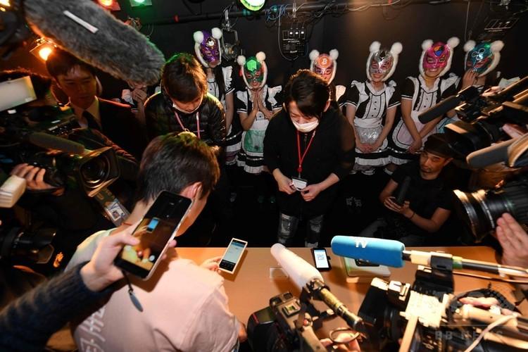 東京で行われた仮想通貨がテーマのアイドルグループ「仮想通貨少女」のライブで、写真撮影料をビットコインで支払うファン(2018年1月12日撮影)。(c)AFP PHOTO / Kazuhiro NOGI