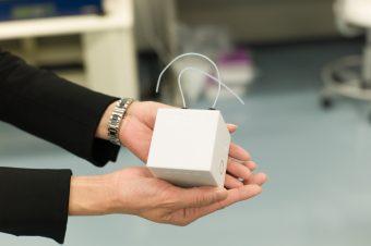 実証実験を行う企業を公募したMSSフォーラムで配布された、手のひらサイズの標準モジュール(第二世代)。