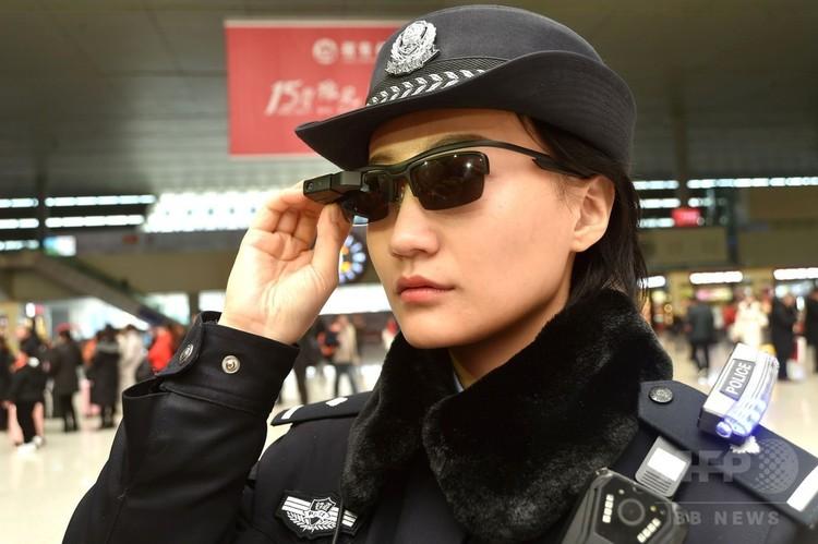 中国・河南省鄭州市の鄭州東駅で、顔認証システムを備えたスマートグラスを装着した警察官(2018年2月5日撮影)。(c)AFP PHOTO