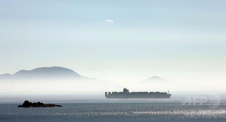 香港に向かうコンテナ船(2008年1月12日撮影、資料写真)。(c)AFP PHOTO / LAURENT FIEVET