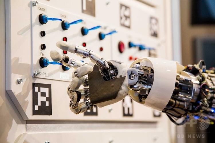 ドイツ・ハノーバーで開催された情報通信技術見本市「セビット(CeBIT)」で、機器の操作を行う人工知能(AI)搭載の人型ロボットの腕(2013年3月5日撮影、資料写真)。(c)AFP/CARSTEN KOALL