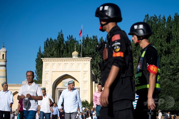 中国・新疆ウイグル自治区で、巡回する警察官ら(2017年6月26日撮影、資料写真)。(c)AFP PHOTO / Johannes EISELE