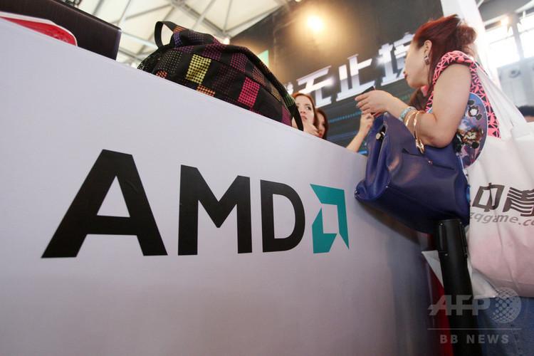 中国・上海で開かれた見本市で米半導体大手AMDのカウンターに立つ訪問客(2013年7月25日撮影、資料写真)。(c)WENG LEI / IMAGINECHINA