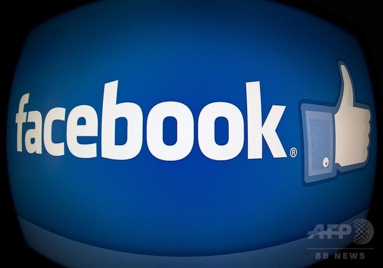 米ソーシャルメディア大手のフェイスブックのロゴ(2013年2月25日撮影、資料写真)。(c)AFP PHOTO / KAREN BLEIER