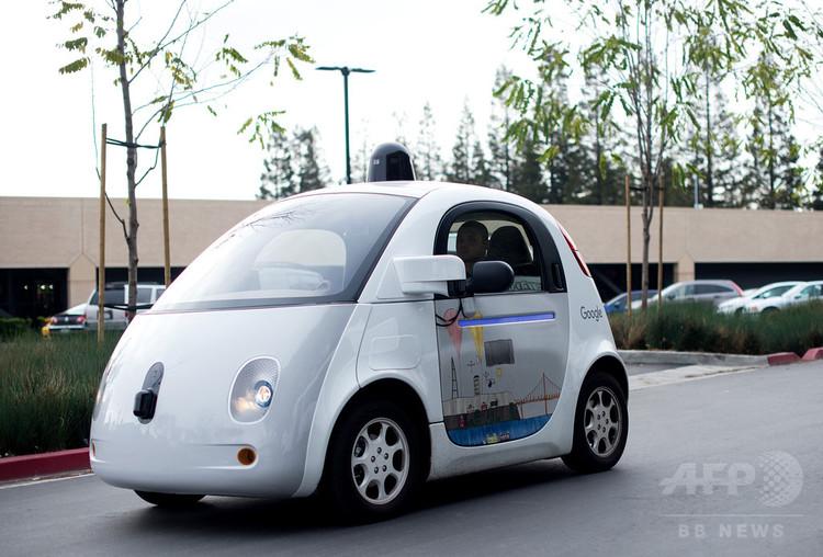 米カリフォルニア州マウンテンビューのグーグル本社の駐車場を走る自動運転車(2016年1月8日撮影、資料写真)。(c)traverses