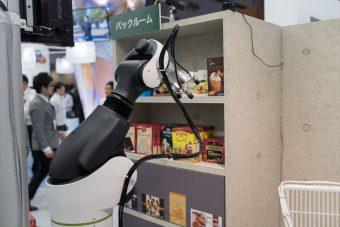 棚に補充する商品をバックヤードでロボットがピックアップ