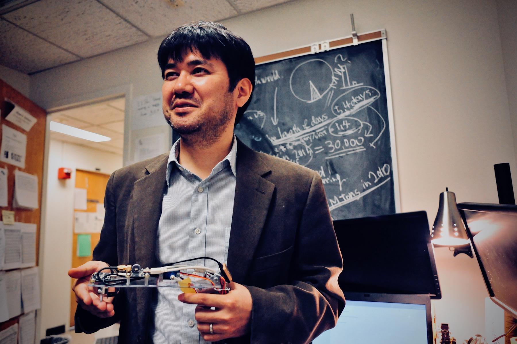 中村正人助教授。専門は地球環境工学。エネルギーの再利用や公害対策を研究する分野だ。スマートガン研究も、弾丸が発射される際の余分なエネルギーを、付随する電子機器の動力源として転用できないかという発想からスタートしたのだという。