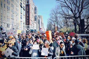 3月25日にニューヨークで行われた銃規制強化を求めるデモの様子。ニューヨーク市長ビル・デブラシオによると約17万5000人が集まった。