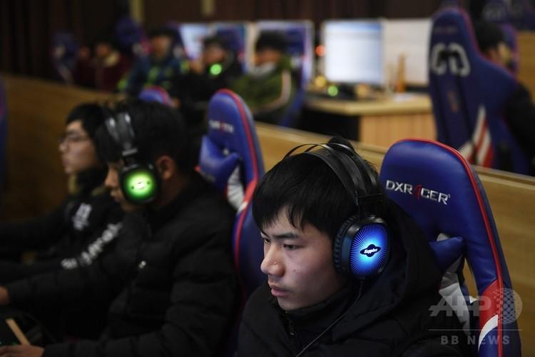 中国の済南藍翔高級技工学校のeスポーツの授業でビデオゲームの練習をする生徒ら(2018年1月29日撮影)。(c)AFP PHOTO / GREG BAKER
