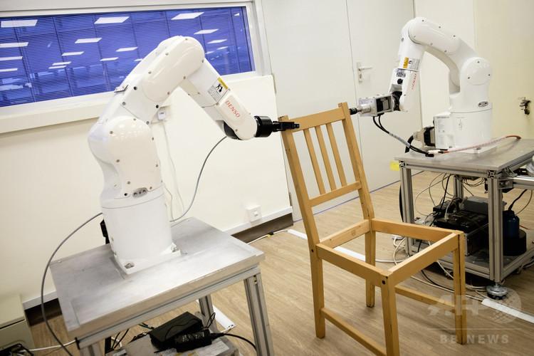 シンガポール南洋理工大学の研究者が開発した、イケアの椅子を組み立てるロボット(2018年4月19日撮影)。(c)AFP PHOTO / NTU SINGAPORE
