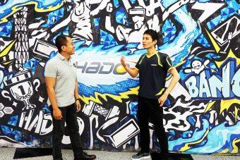 HADOスクリーンの前で語り合う福田氏とアディヤン
