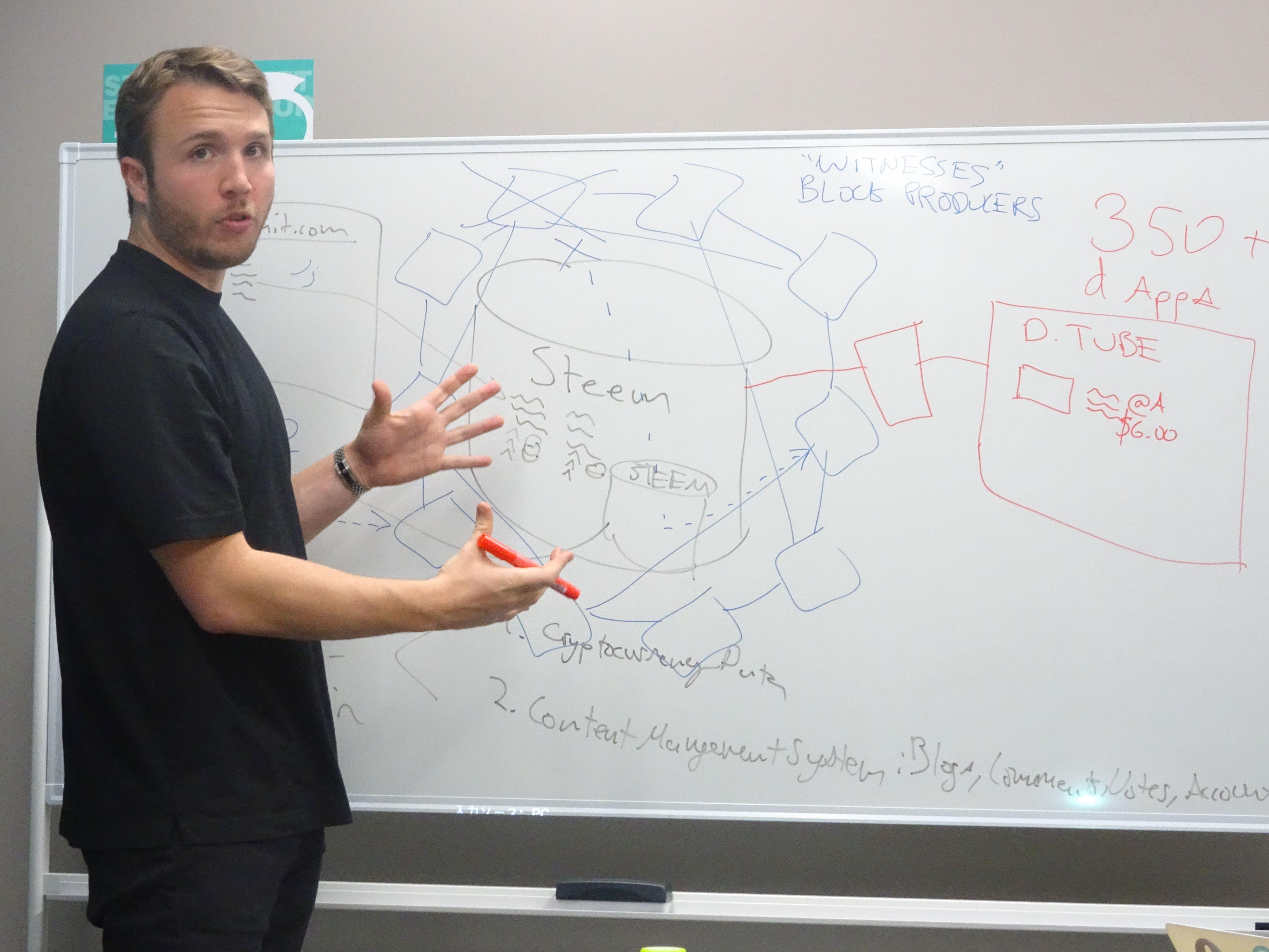 メディア向け説明会でSMTについて説明するスコットCEO