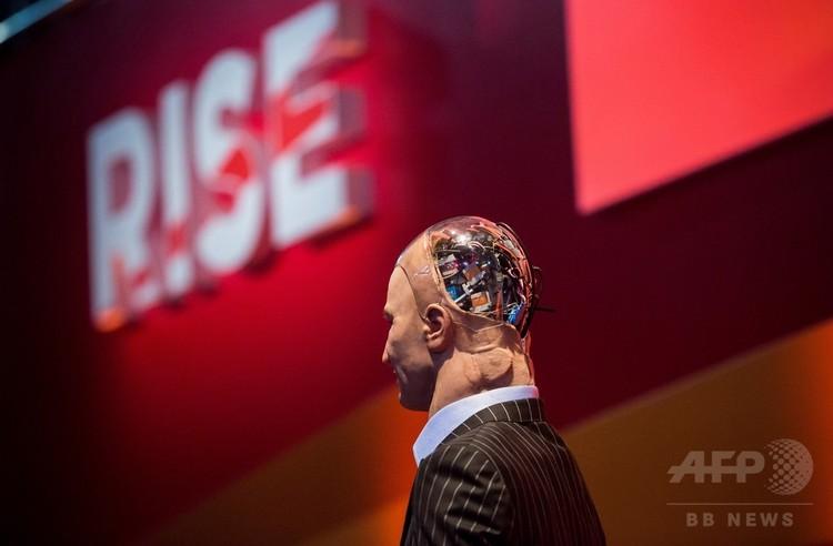 AIに関する討論会に登場したロボット(2017年7月12日撮影、資料写真)。(c)AFP PHOTO / ISAAC LAWRENCE
