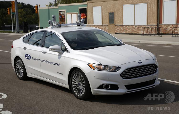 米ミシガン州アナーバーの自動運転車の走行実験施設「Mシティー」で、自動運転技術の試験を行う米フォードの乗用車フォード・フュージョン(2017年9月12日撮影)。(c)AFP PHOTO / JEFF KOWALSKY