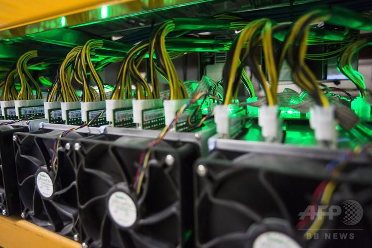 暗号通貨(仮想通貨)のマイニング(採掘)のために設置された機器。カナダ・ケベック州にて(2018年3月19日撮影、資料写真)。(c)AFP/Lars Hagber