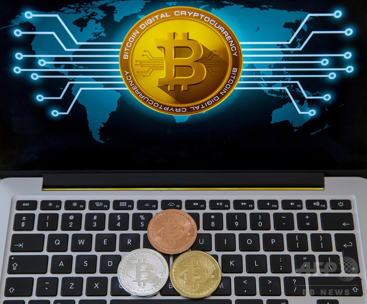 ビットコインの図像を表示したパソコン。イスラエルのテルアビブで(2018年2月6日撮影)。(c)AFP PHOTO / JACK GUEZ