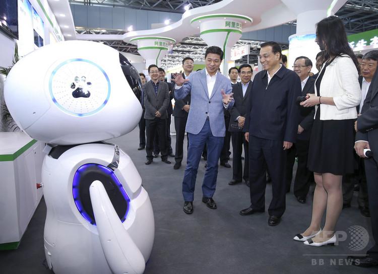 李克強首相(右から二人目)と対話する百度の人工知能「小度」(2015年10月19日撮影、資料写真)。(c)CNS/劉震