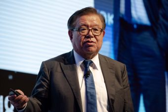 基調講演を行う村井純慶応大学教授
