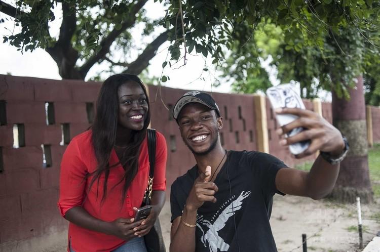 スマートフォンを使うナイジェリアの若者ら(2016年7月14日撮影、資料写真)。(c)AFP PHOTO / STEFAN HEUNIS