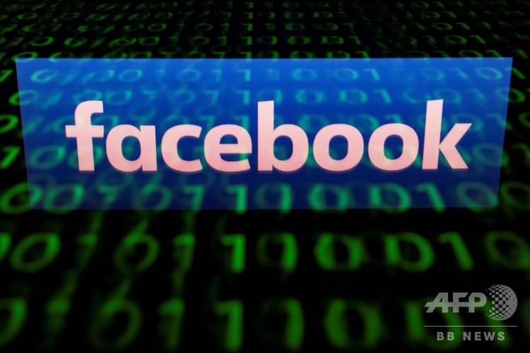 タブレット端末の画面に表示されたフェイスブックのロゴ(2018年4月28日撮影)。(c)AFP PHOTO / Lionel BONAVENTURE