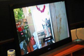 一般参加者がロボットに憑依した自分の姿を鏡で見る