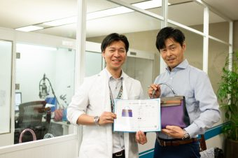 アプレ TOKYO APRE LABORATORY所長の竹林雅夫氏(左)とNEC AIプラットフォーム事業部の福澤茂和氏(右)
