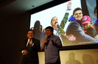 村井純慶応大学教授と舞台上で論文執筆時の思い出話をするJoi