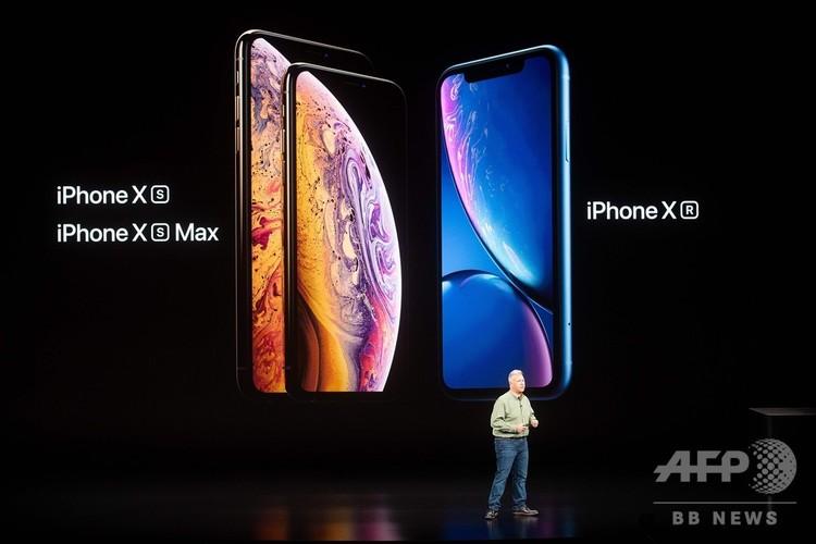 米カリフォルニア州クパチーノでのアップルの新製品発表イベントで披露されたスマートフォン「iPhone」の最新機種(2018年9月12日撮影)。(c)NOAH BERGER / AFP