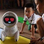 丸い体にスクリーンの顔、中国の幼稚園で増加するロボット先生「Keeko」