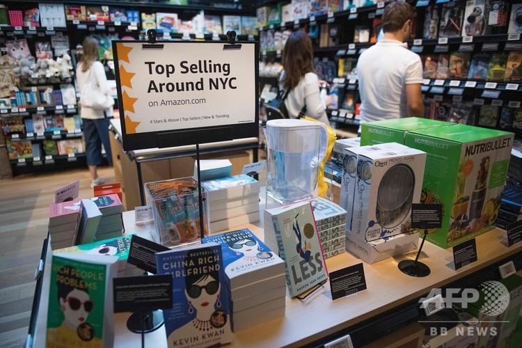 米アマゾン・ドットコムがニューヨークのソーホー地区にオープンした新店舗「アマゾン・4スター」の店内(2018年9月27日撮影)。(c)Jim WATSON / AFP